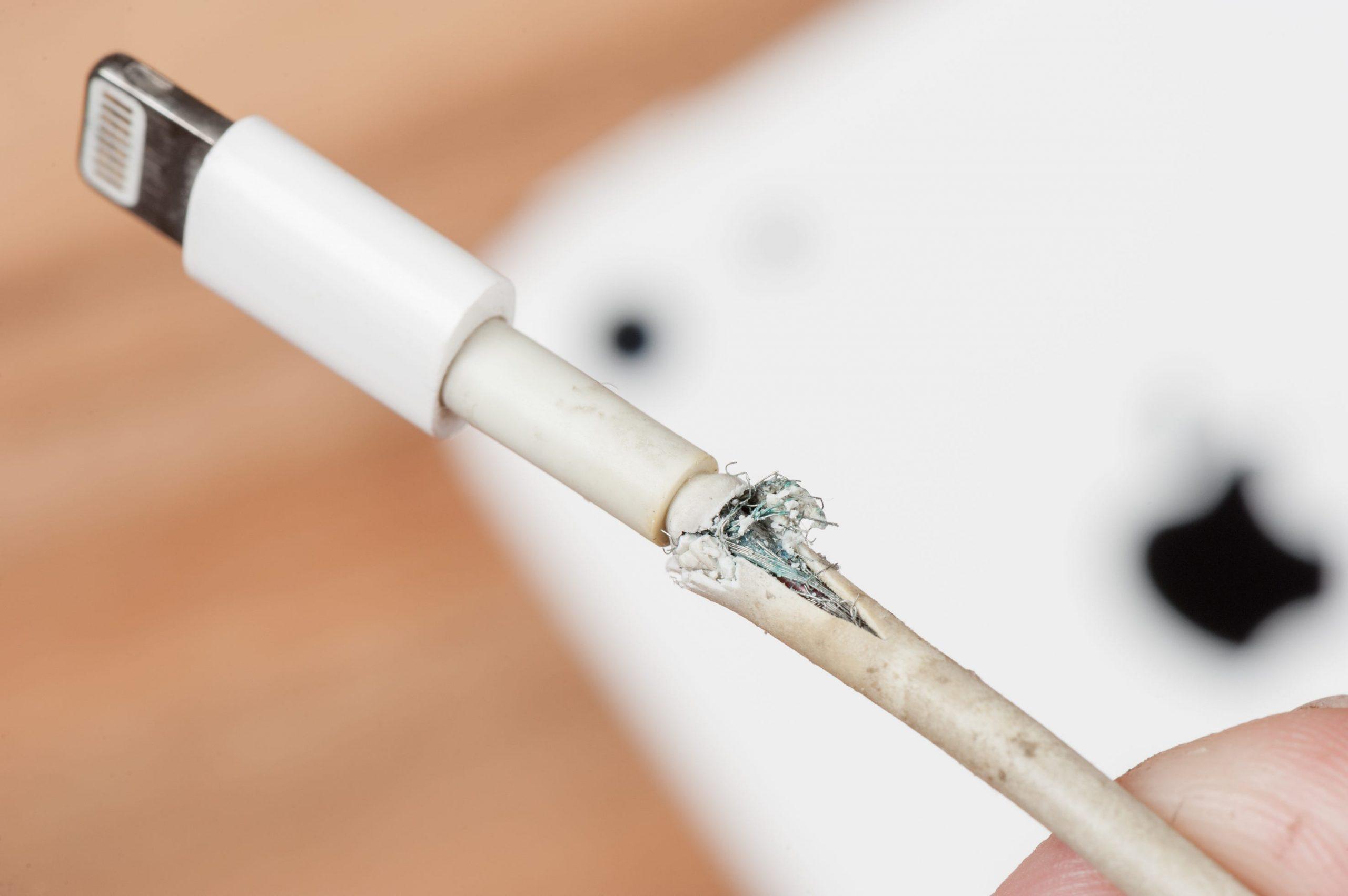 Conseils pour réparer un chargeur iPhone ou iPad qui semble cassé ou effiloché