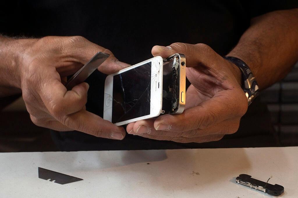 démontage iPhone écran cassé
